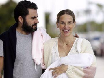 Emiliano Suárez y Carola Baleztena junto a su hija