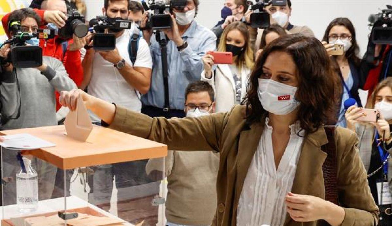 Isabel Díaz Ayuso votando en las elecciones en Madrid