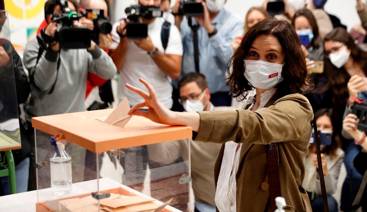 Isabel Díaz Ayuso vota en las elecciones a la Asamblea de Madrid