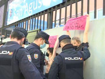 La policía desaloja a activistas de Femen del colegio electoral en el que va a votar Rocío Monasterio