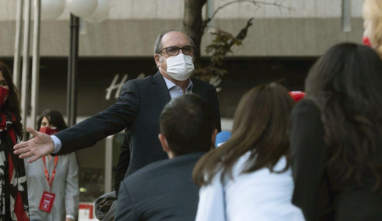 El candidato a la presidencia de la Comunidad de Madrid, Ángel Gabilondo, atiende a los medios de comunicación a su llegada a la sede del PSOE