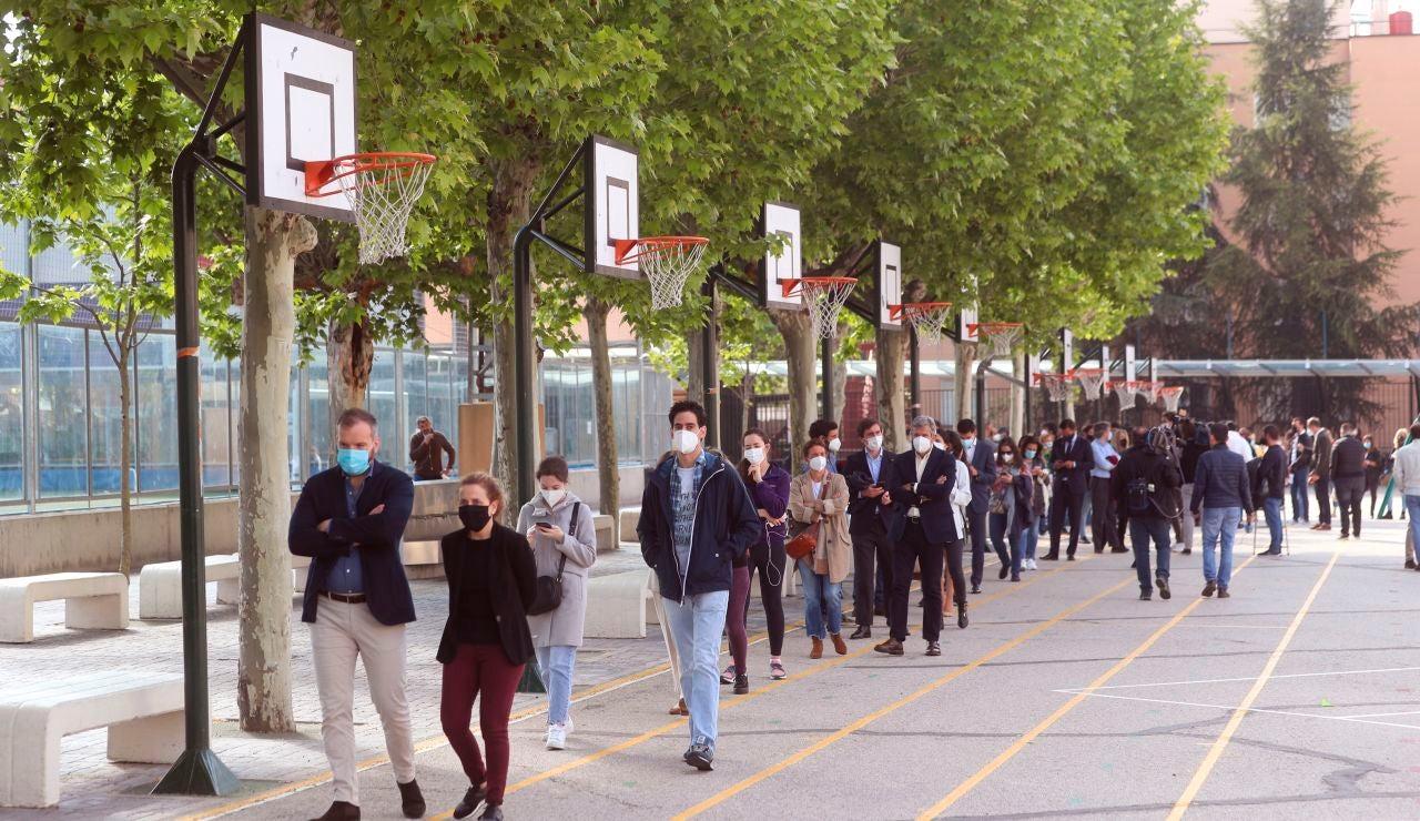 Colas para votar en el Colegio San Agustín, Madrid