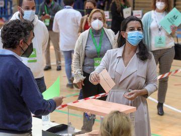 La candidata de Vox a la Presidencia regional, Rocío Monasterio, vota en el Colegio San Agustín de Madrid en las elecciones autonómicas que este martes vive la Comunidad.