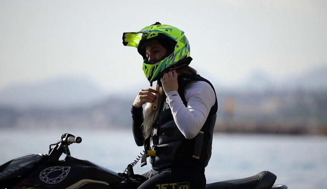 """Cristina Lazarraga, la piloto que gana a hombres en moto de agua: """"Pica que gane una chica"""""""