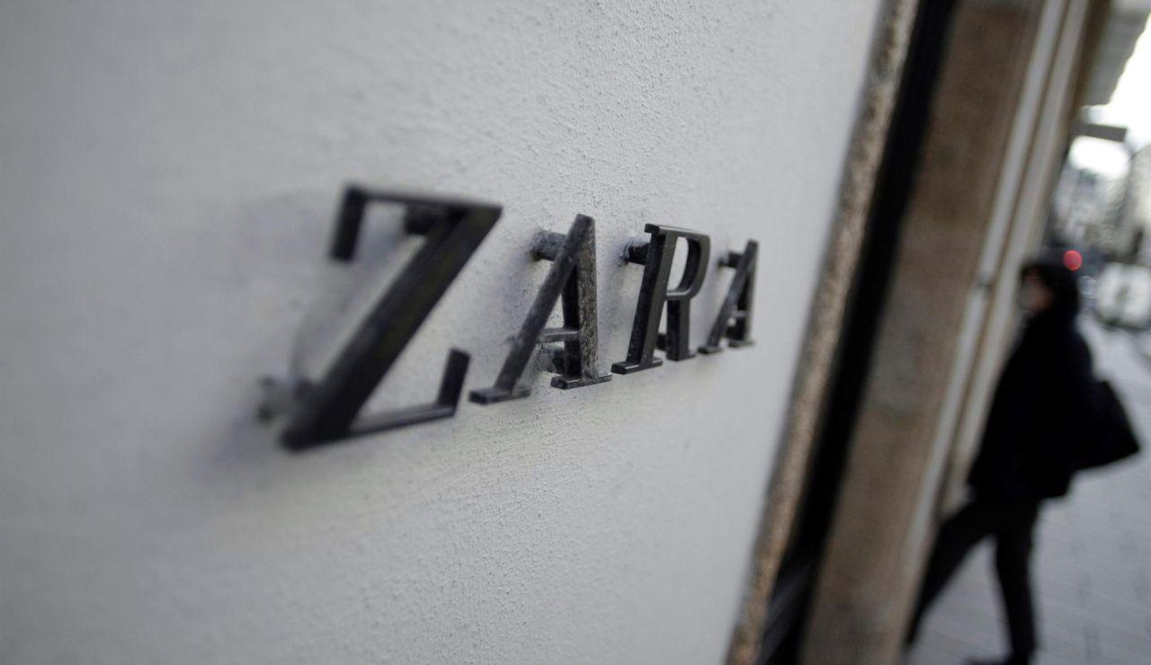 Una mujer entra en una tienda de Zara en A Coruña