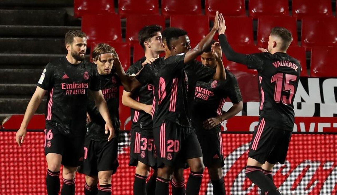 El Real Madrid golea al Granada en Los Cármenes y sigue presionando al Atlético por la Liga