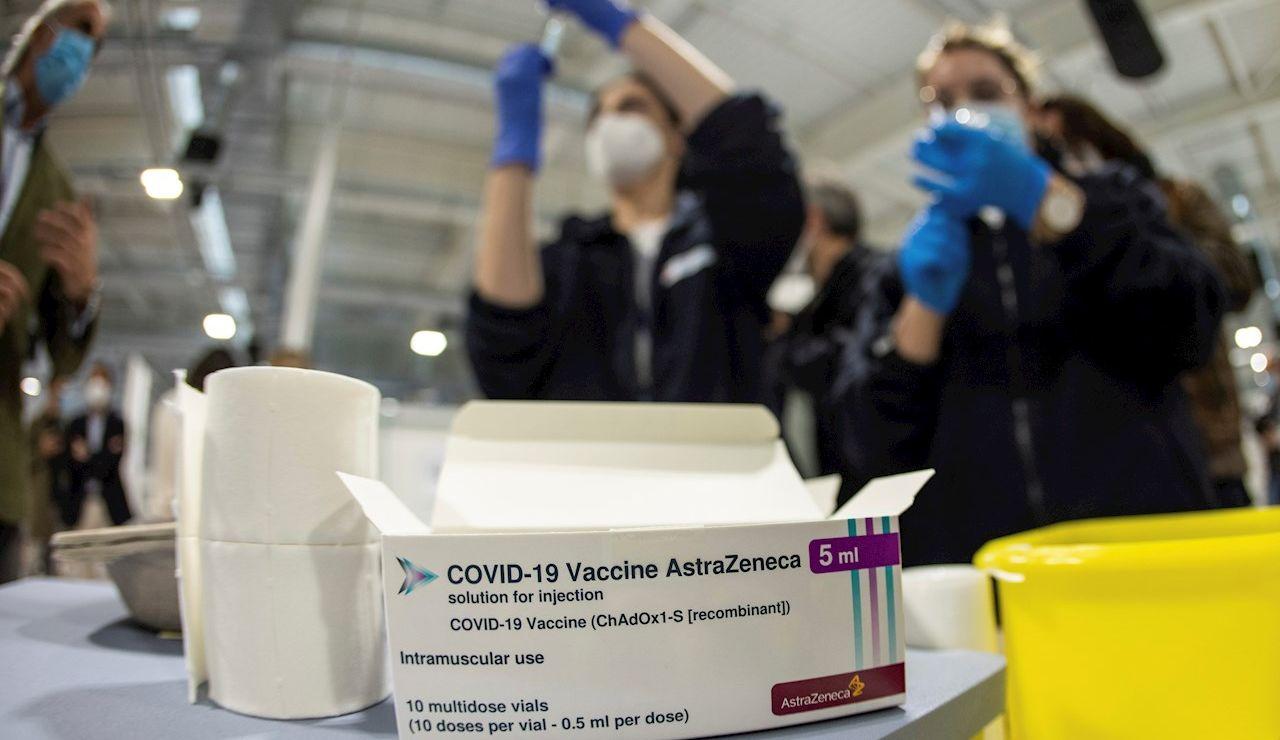 Personal sanitario prepara vacunas de AstraZeneca en el hospital Enfermera Isabel Zendal en Madrid