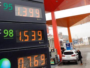 Un gasolinera marca los precios de los carburantes