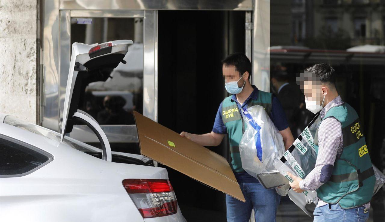 Miembros de la UCO se llevan material de la vivienda del exvicealcalde de Valencia, Alfonso Grau