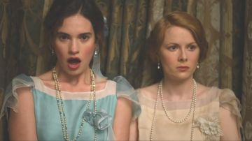 Lily James y Emily Beecham en 'The Pursuit of Love'