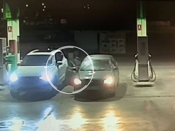 Roban un coche en una gasolinera de Sevilla mientras el propietario pagaba el repostaje