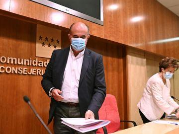 l viceconsejero Salud Publica y Plan COVID -19, Antonio Zapatero, y la directora general de Salud Pública de la Comunidad de Madrid, Elena Andrada, momentos antes de informar de las nuevas restricciones contra el coronavirus en el primer viernes sin estado de alarma