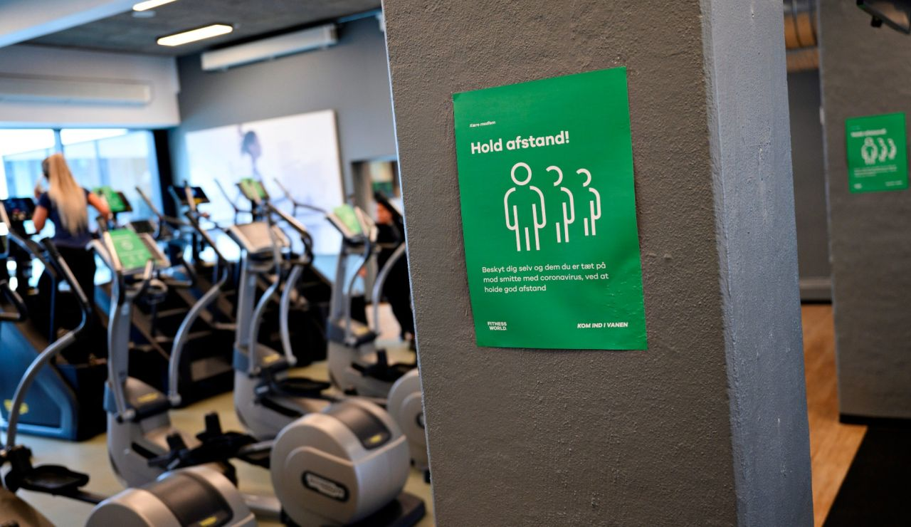 Señal de distanciamiento social en un gimnasio en Dinamarca