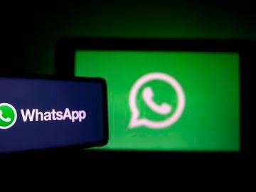 WhatsApp y su logo en dos pantallas