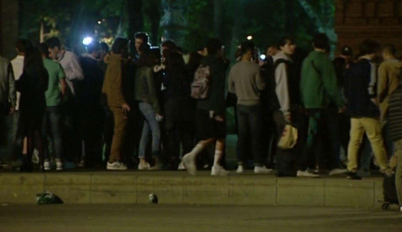 Varios jóvenes en la calle