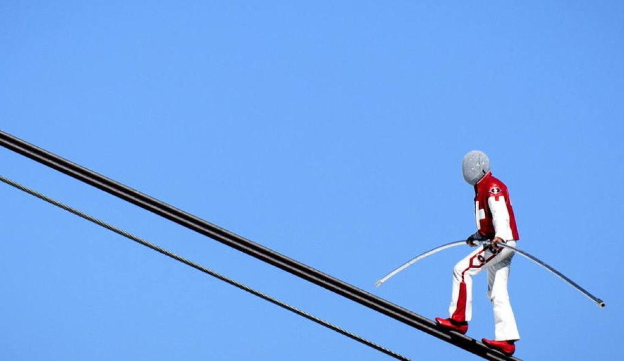 Equilibristas se juegan la vida con sus acrobacias sobre un glaciar de los Alpes Suizos
