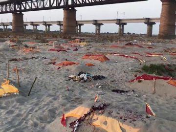 India comienza a enterrar cadáveres en la orilla de los ríos ante el colapso de los crematorios por la COVID-19