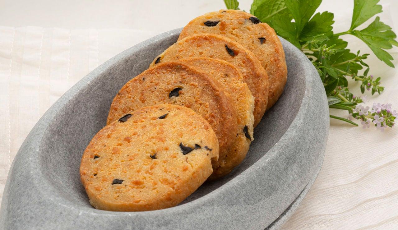 El aperitivo de Karlos Arguiñano: galletas saladas de queso y aceitunas