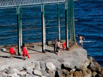 Migrantes a nado entrando en Ceuta