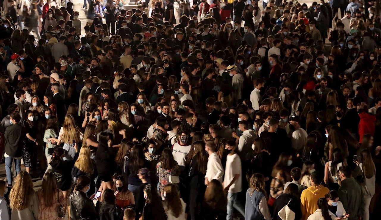 Una multitud de personas celebra el fin del estado de alarma en España