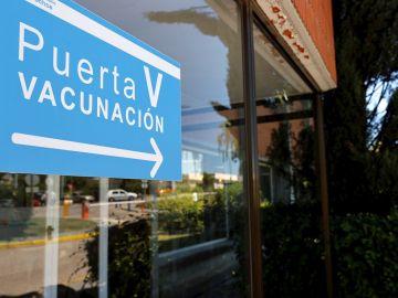 Vista del acceso a la zona de vacunación contra el covid-19 en el Hospital Severo Ochoa de Madrid