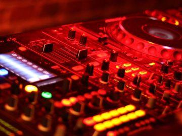La Policía Local desaloja una discoteca en Elche que alertaba a los clientes con un mando si llegaban los agentes