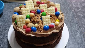 Aprende a hacer esta increíble tarta de cumpleaños para los amantes del chocolate.