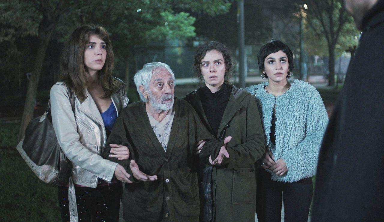 Bahar, Ceyda y Bersan entregan a Cem un 'paquete' muy inesperado en 'Mujer'