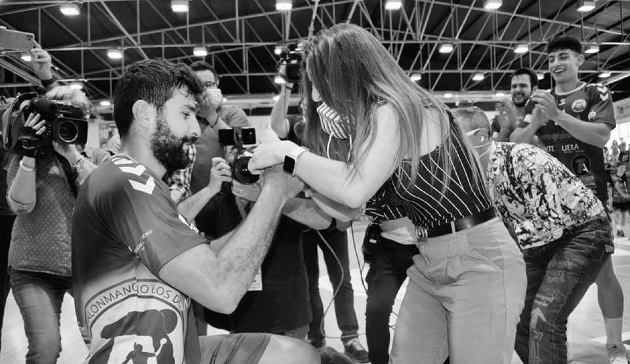 Nacho Del Castillo, jugador del Iberoquinoa, pide matrimonio a su pareja en plena celebración por el ascenso a la Asobal
