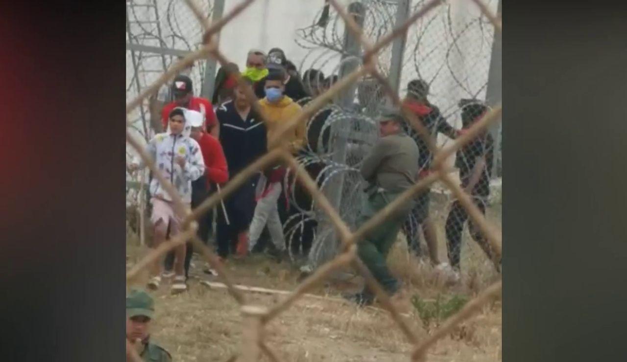 Graban la falta de seguridad de Marruecos y cómo las fuerzas de seguridad dejan pasar a los inmigrantes