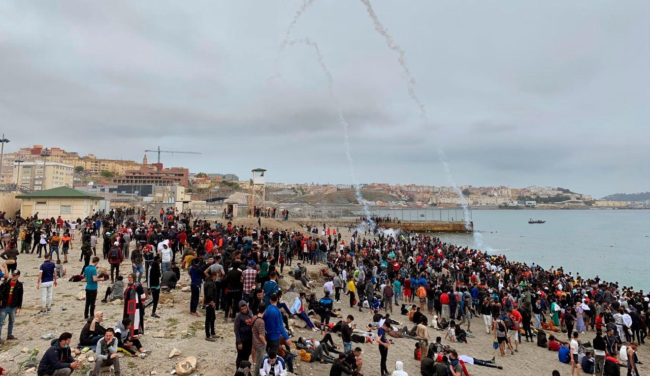 Cientos de personas esperan en la playa de la localidad de Fnideq (Castillejos)