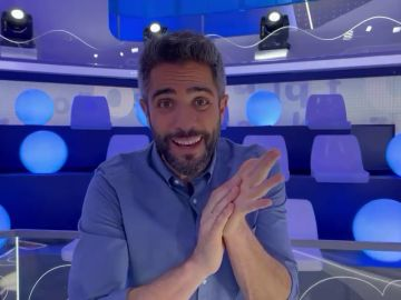 Cantando y dando palmas, Roberto Leal celebra el aniversario de 'Pasapalabra'