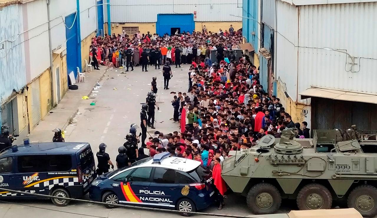 La policía Nacional y el Ejército de Tierra vigila a cientos de inmigrantes