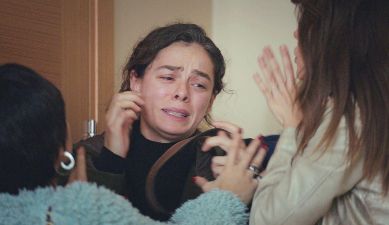 Bahar, al borde del shock cuando descubre el 'paquete' que les pide Cem en 'Mujer'