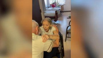 Una pareja estadounidense casada durante 73 años se reúne en un hogar de ancianos después de pasar casi un año separados