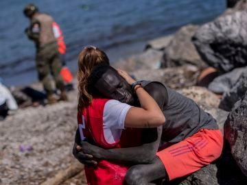 El abrazo entre un migrante y una cooperante de Cruz Roja.