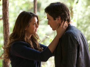 Nina Dobrev e Ian Somerhalder como Elena y Damon en 'Crónicas Vampíricas'