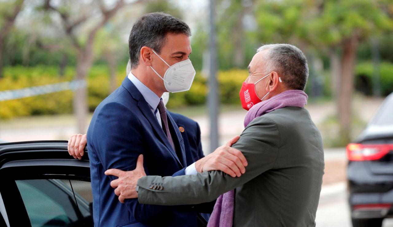 El presidente del Gobierno, Pedro Sánchez, saluda secretario general de UGT, Pepe Álvarez