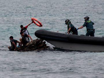 La Guardia Civil rescata a migrantes en Ceuta