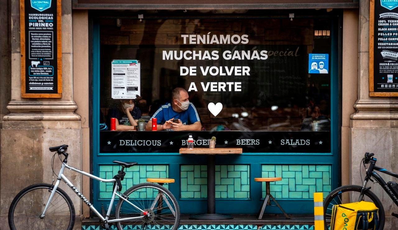 Una pareja de turistas en un bar de Barcelona