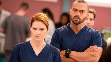 Sarah Drewk y Jesse Williams como April y Jackson en 'Anatomía de Grey'