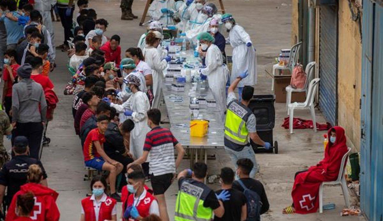 Decenas de menores migrantes realizándose la PCR en Ceuta