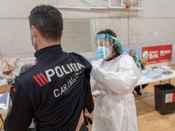 Los menores de 60 años vacunados en primera dosis con AstraZeneca podrán elegir qué vacuna ponerse