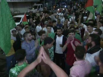 Miles de ciudadanos se echan a las calles a celebrar el alto al fuego entre Israel y Gaza