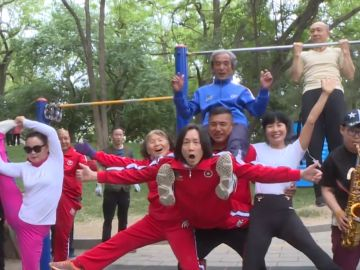Un grupo de ancianos chinos haciendo ejercicio