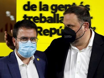 Pere Aragonès (i), y el presidente del partido, Oriol Junqueras.