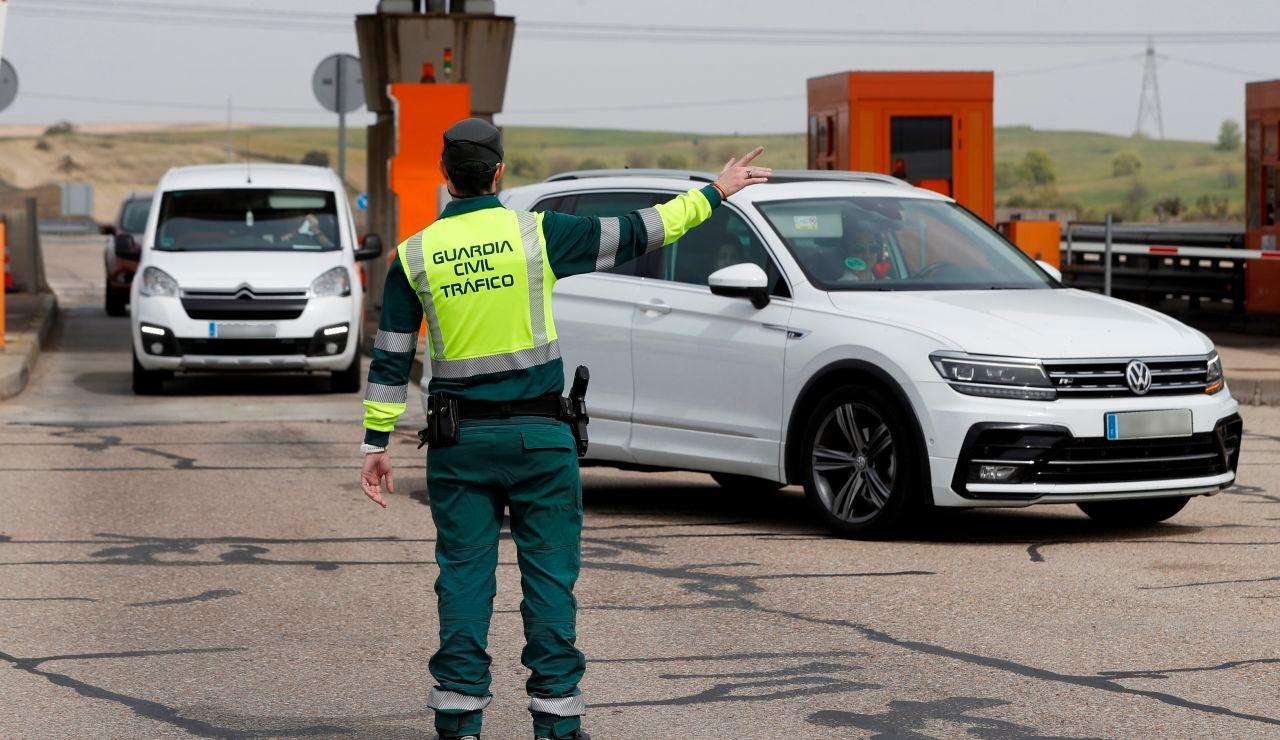 Un Guardia Civil da indicaciones a los conductores en un control en Arroyomolinos.