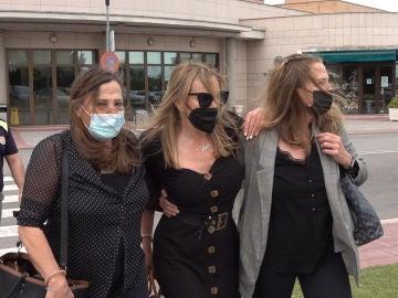 Ana Obregón y sus hermanas saliendo del hospital