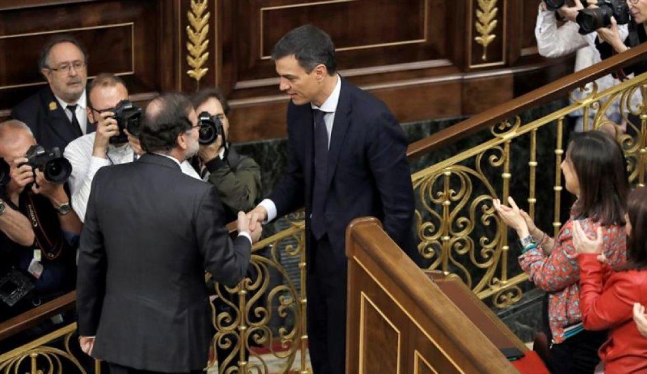Saludo entre Mariano Rajoy y Pedro Sánchez en la moción de censura