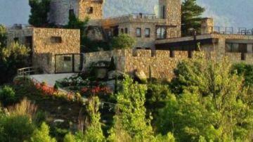 Isla privada con castillo y helipuerto